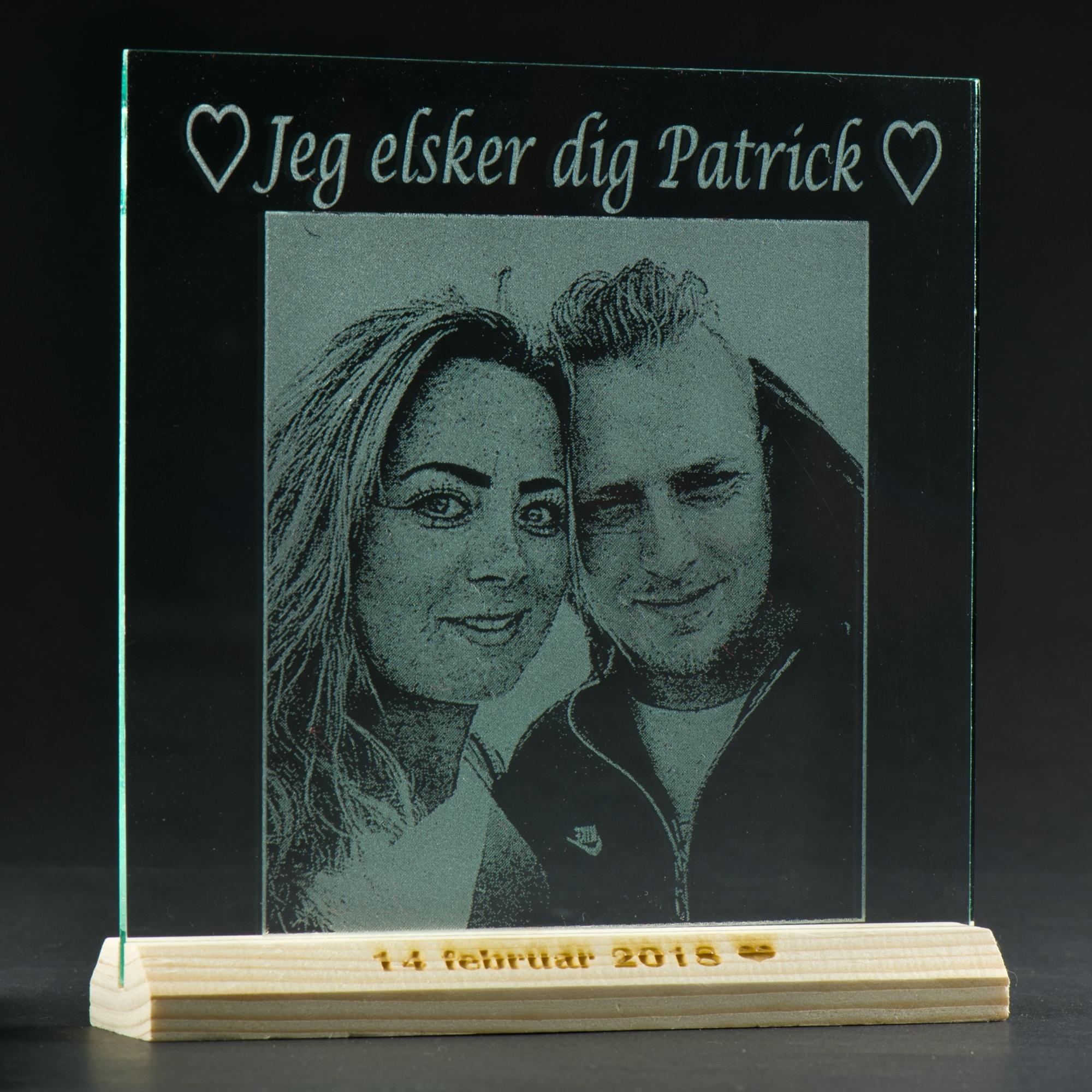 Glasplade med tekst og billede